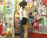 女人禁制のアダルトコーナーに女神降臨☆パンチラで誘惑して店内で味わえるDVD以上の満足感★
