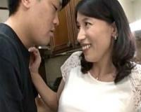 再婚相手の連れ子に手マンされパンティ濡らすアヘ顔美熟女!石田えりこ