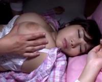 一度寝たら起きない巨乳の姉を夜這いしておっぱいを揉んで吸いまくるドエロな弟君www