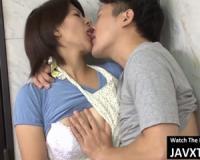 【笹山希】夫が出かけてすぐ玄関先で息子と激しく接吻して交わり肉欲に塗れて中出し母子相姦する巨乳ママ