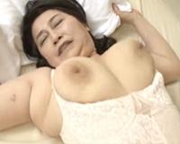 窮屈な補正下着からはみ出た巨乳をブヨンブヨン揺らしてる還暦熟女のハミ乳着衣SEX