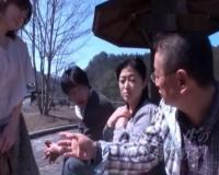 【熟女ナンパ】観光地で別々に声をかけた50代・60代夫婦が初対面でスワッピング体験!