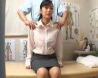 腰痛に悩む美人OLが整体院で卑猥なマッサージをされて悶絶絶頂イキしちゃう(*ノωノ)