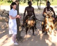 【密着ドキュメント】日本人の人妻看護師が、アフリカの秘境で原住民の童貞少年に優しく筆おろしボランティアしちゃう!