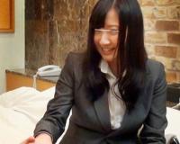 《OL》『同僚とセックスするなんて超恥ずかしいですぅw』スーツ着衣の美乳なお姉さんがラブホセックスを隠し撮り!!