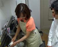 【おばさんレンタル】「じゃあ洗い物しますねぇ♡」巨乳おっぱいの五十路・人妻熟女の優しさにつけこみ、お願いしまくってSEX!