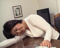 【五十路・人妻熟女】「ん~ダメよぉ…」泥酔したムチムチ巨乳おっぱい母とSEX!閉経マンコに無許可膣内射精するヤバイやつww