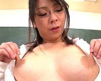 エロすぎる乳首を引っ張ったりねじったり…母乳奥様特有の伸びる乳首を徹底的に弄ぶドアップフェチ映像!