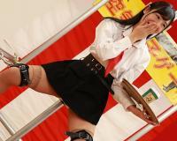 【星奈あい】彼女の股間、他人棒まで1cm!空気椅子状態で我慢してガクガク潮吹きwww