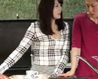 タイトスカートのお姉さんがパンチラしてきたので、キッチンでこっそりドキドキH!