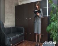 美人秘書が社長を誘惑し勃起した肉棒を攻め立てる!