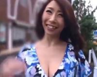 激エロバディの篠田あゆみちゃんが手コキ&フェラで男性を快感へと導く!