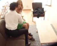 金髪のギャル人妻が、旦那のいない間に自宅に不倫相手を連れ込みセックスしちゃう!