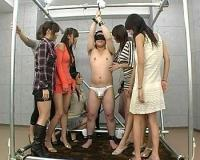 両手を拘束されたまま、剥き出しのおチンポを痴女集団に観察されちゃうM男…女たちの視線がチンポに突き刺さるCFNM動画!