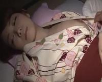 美乳の人妻を寝ている間にいたずらしちゃいます。そして気づかれて・・・。