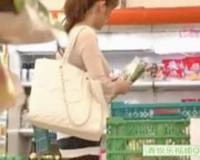 エロ動画更新!スーパーでお買い物中のキレイな奥様にいきなり挿入して店内ハメ「巨乳、人妻、中出し、レ○プ好きにオススメ!」