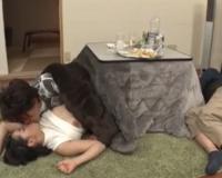 エロ動画更新!寝ている彼氏にバレないようにコタツの中でNTRパコ「巨乳、お姉さん好きにオススメ!」