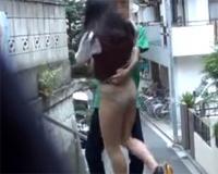 イタズラ盗撮☆背後から近づきイキナリOLのお姉さんのスカートをめくってパンチラ!