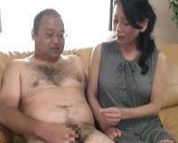 〖センズリ鑑賞〗男のオナニーを直視する熟女が発情。たまらず握ってフェラってザーメン搾り取り