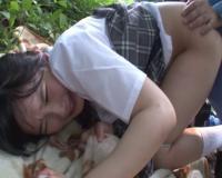 野ション中の女子高生を後ろからチンポ即ハメ!抵抗する暇を与えない鬼畜レ●プ動画