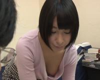 勉強を教えてくれてる貧乳の女友達の浮きブラから乳首が見えてもう勃起の限界!