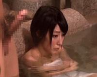 勃起見せ!混浴温泉でギンギンのチンポに囲まれてうっとりしちゃった人妻…