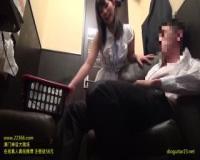 上原亜衣がビデオボックス個室に乱入し手コキ射精させちゃってます