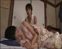 《近親相姦》義理母の白くて大きなおっぱいがたまらない。寝ている間にこっそり触ってみたが、歯止めが利かなくなって・・・