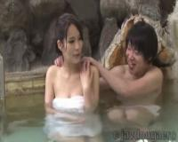 初対面の男女で混浴温泉 マッサージと勃起アピールでセックスに持ち込む 真木今日子 モニタリングAV